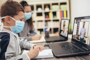 nino-tomando-clases-virtuales-durante-pandemia-coronavirus copy